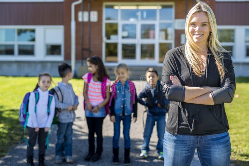 Studenten buiten zich schoolleraar het verenigen stock afbeelding