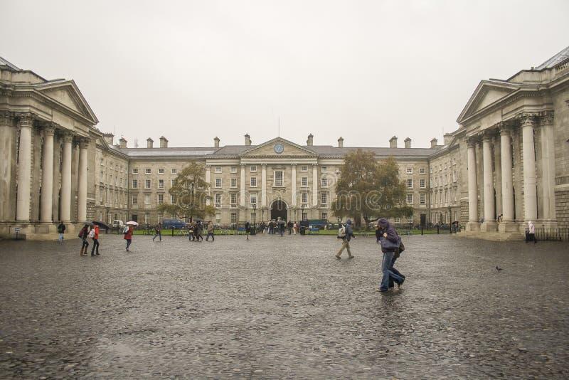 Studenten in de regen op Drievuldigheidsuniversiteit in Dubln stock afbeelding