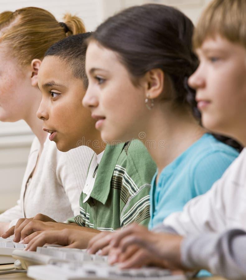Studenten die aan computers werken stock fotografie