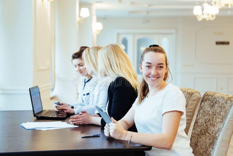 Studenten die aan tabletpc bij de universiteit samenwerken royalty-vrije stock afbeelding