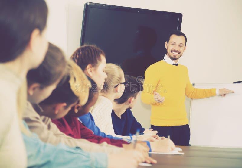 Studenten, die auf Lehrer hören stockfotos