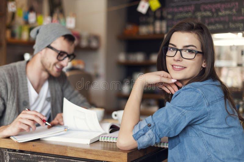 Studenten die bij koffie werken royalty-vrije stock foto