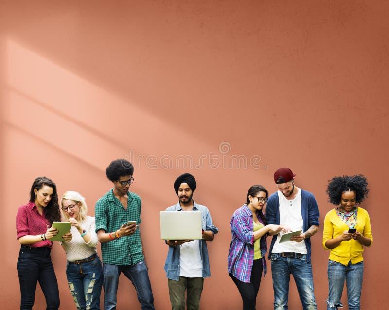 Studenten, die Bildungs-Social Media-Technologie lernen lizenzfreies stockfoto
