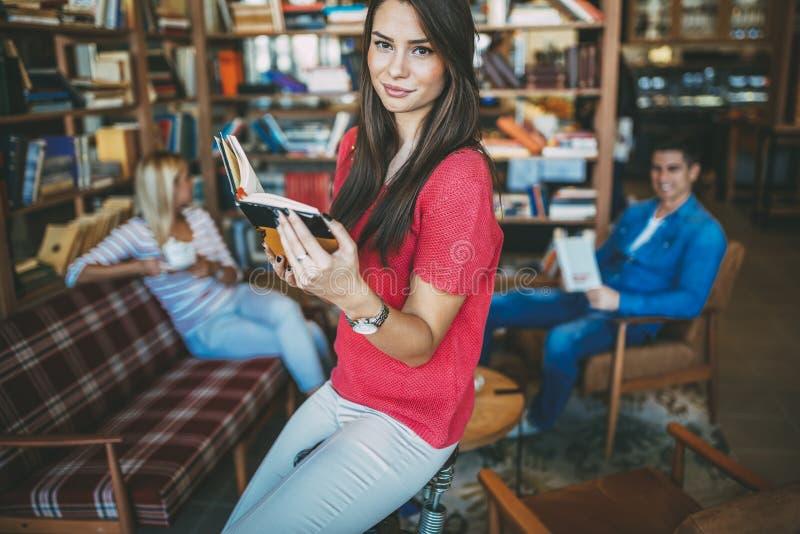 Studenten die boeken in bibliotheek lezen royalty-vrije stock afbeelding