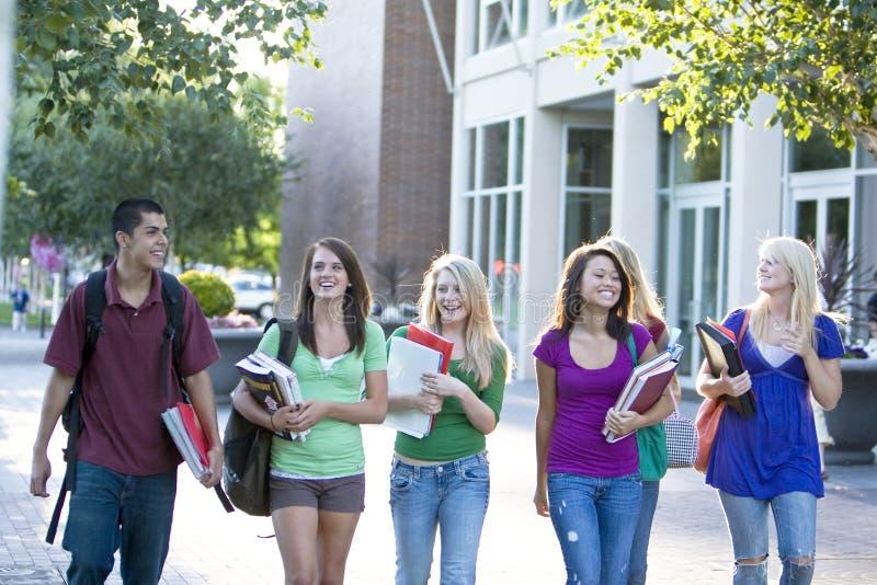 Studenten die Boeken dragen stock foto