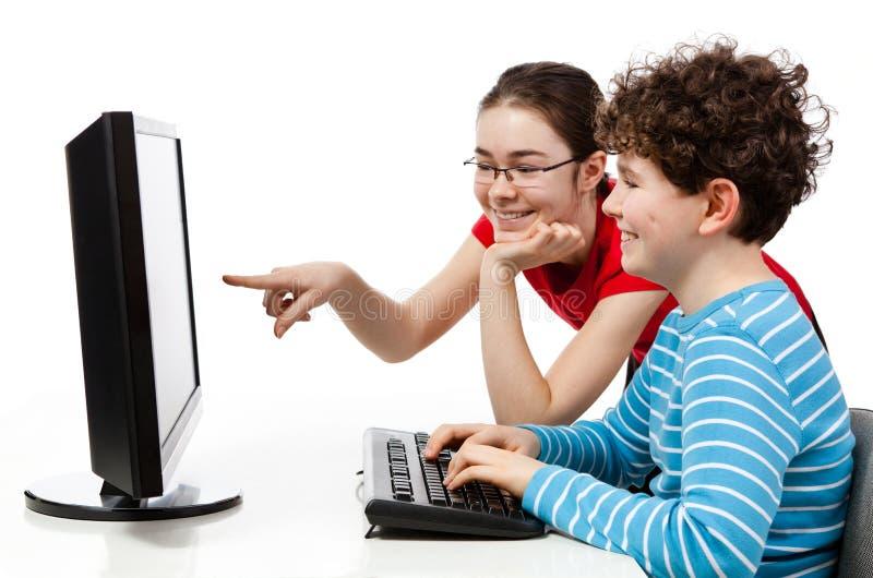 Studenten die computer met behulp van stock foto's