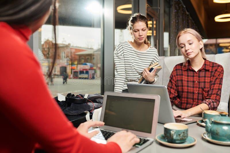 Studenten die computers voor studie met behulp van royalty-vrije stock fotografie