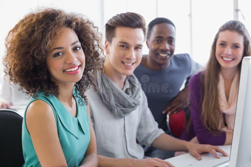 Studenten die in computerzaal werken stock afbeelding