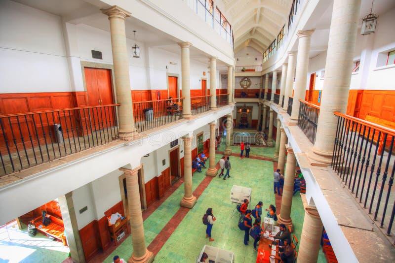 Studenten, die in der berühmten Universität von Guanajuato studieren lizenzfreies stockbild