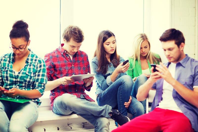 Studenten, die in der Schule Geräte untersuchen stockfotografie