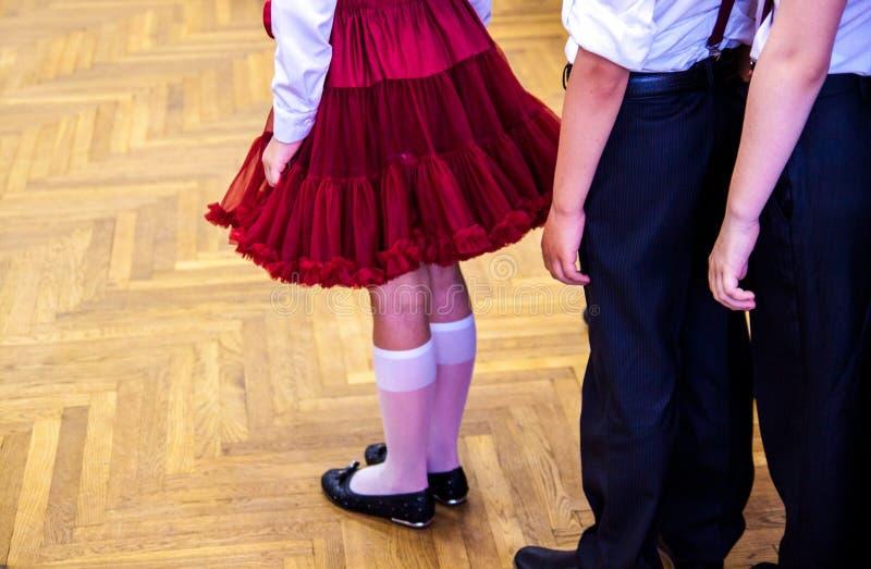 Studenten, die in der Tanzklasse trainieren Tanzschulleistungen lizenzfreies stockbild