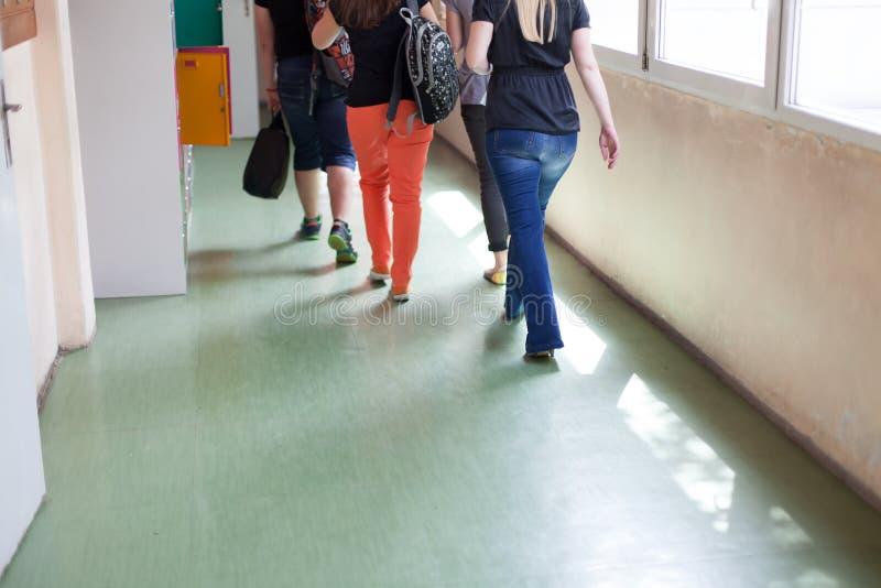 Studenten die door schoolgang lopen royalty-vrije stock fotografie