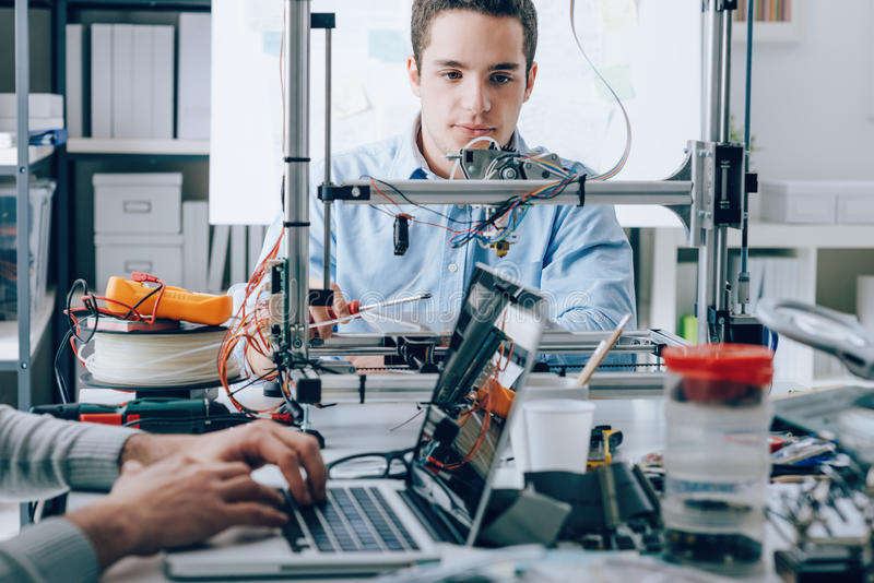 Studenten die een 3D printer met behulp van stock afbeeldingen