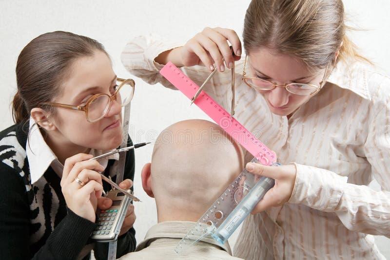 Studenten die een hoofd meten stock afbeelding