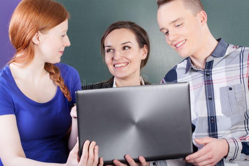 Studenten, die einen Bruch auf Klassen haben lizenzfreies stockbild