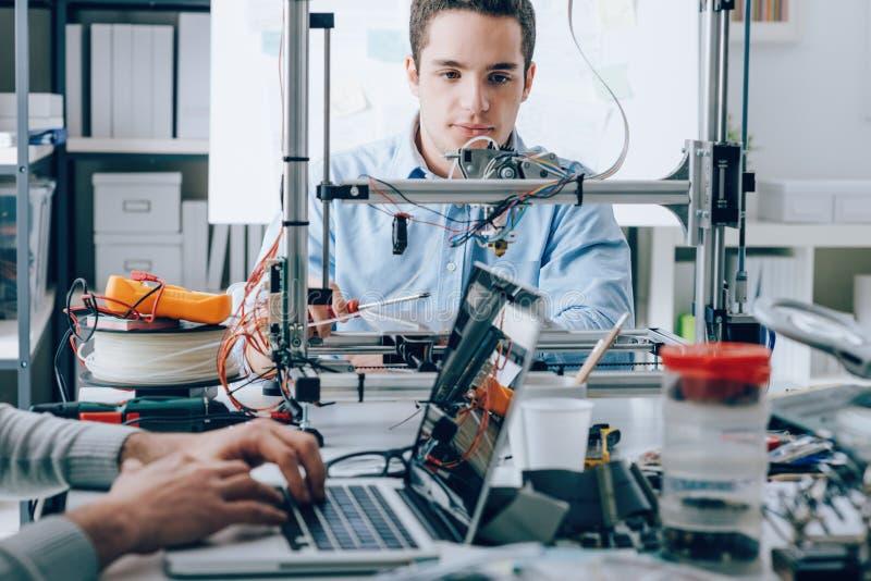 Studenten, die einen Drucker 3D verwenden stockbilder