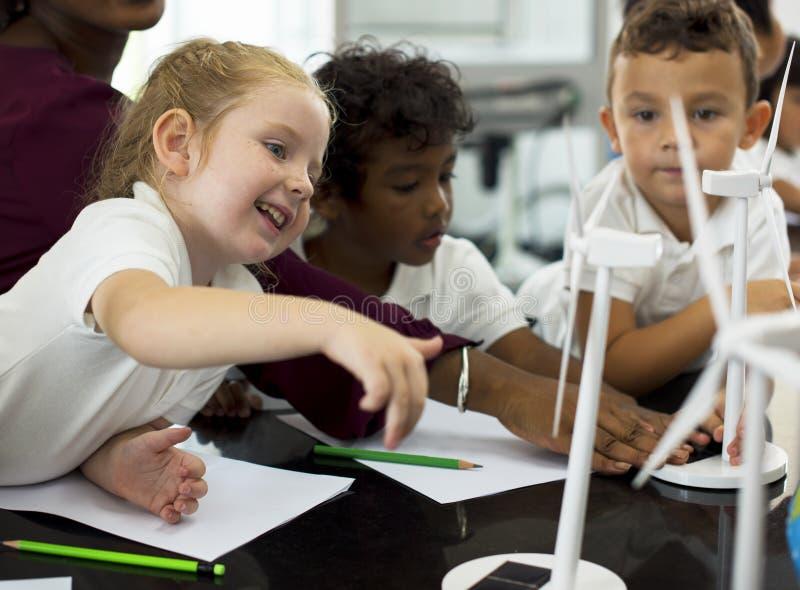 Studenten, die Energieproduzenten vom sola lernen stockbild