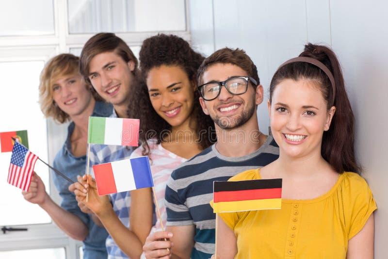 Studenten, die Flaggen halten stockbilder