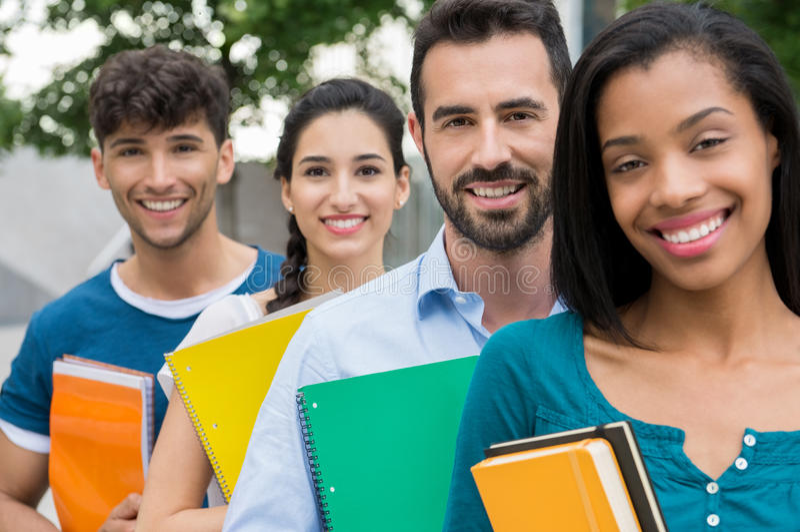 Studenten, die in Folge stehen lizenzfreies stockfoto
