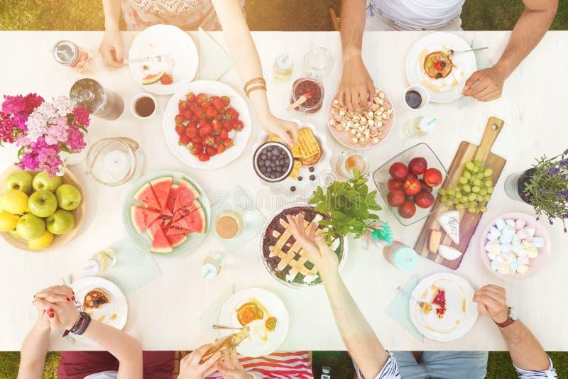 Studenten, die gesundes Lebensmittel essen lizenzfreie stockfotografie