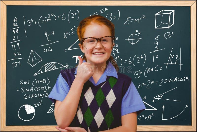 Studenten, die Gläser gegen schoolboard Hintergrund tragen stockfotos