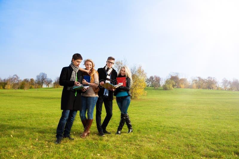 Studenten die het lopen in park nemen royalty-vrije stock foto's