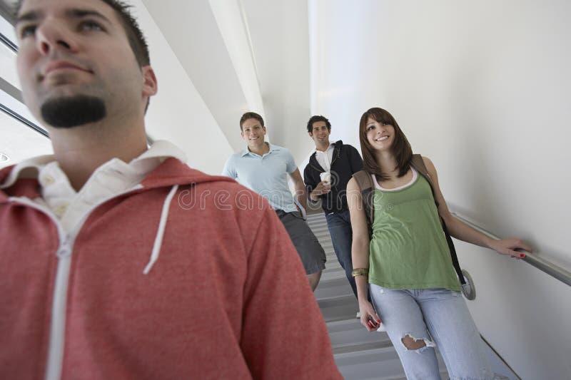 Studenten, die hinunter Treppe gehen lizenzfreie stockfotografie