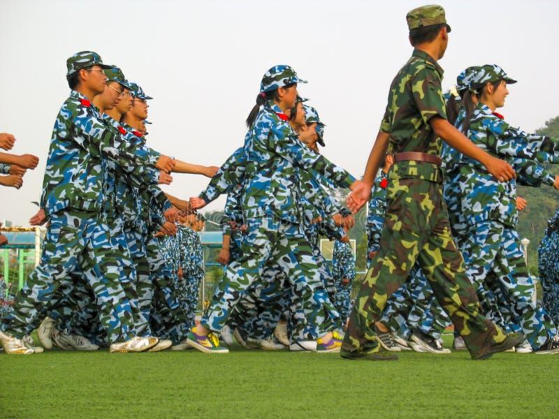 Studenten, die ihre militärische Ausbildung in China tun stockfoto