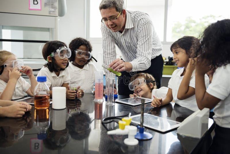 Studenten, die im Wissenschafts-Experiment-Labor lernen lizenzfreie stockfotos
