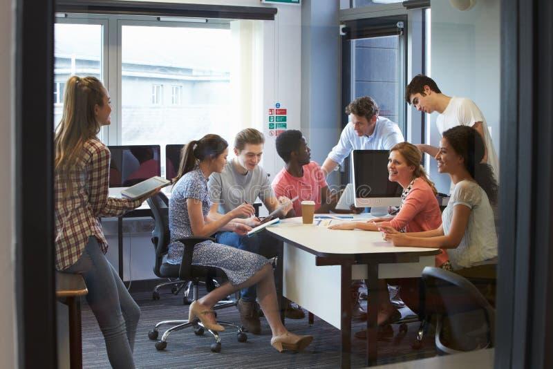 Studenten, die informelle Sitzung mit Tutoren haben stockfotos