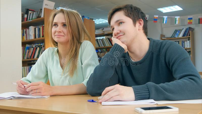 Studenten die in klasse aan een privé-leraar luisteren stock foto