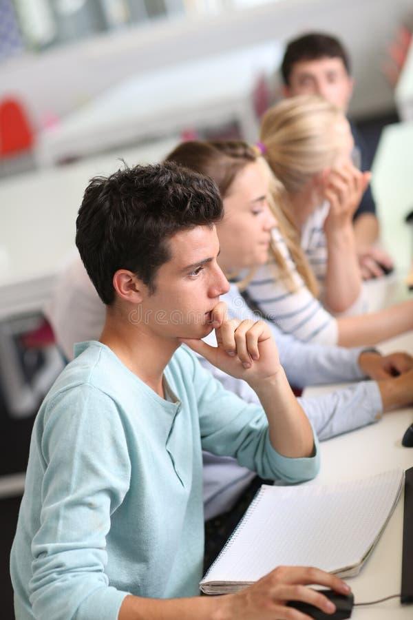 Studenten die klasse bijwonen stock afbeelding