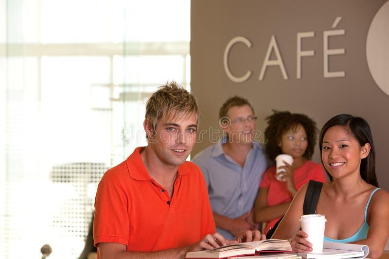 Studenten die koffiepauze nemen royalty-vrije stock foto
