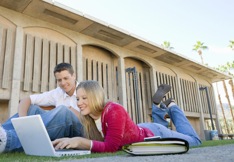 Studenten die Laptop op Universiteitscampus met behulp van royalty-vrije stock foto