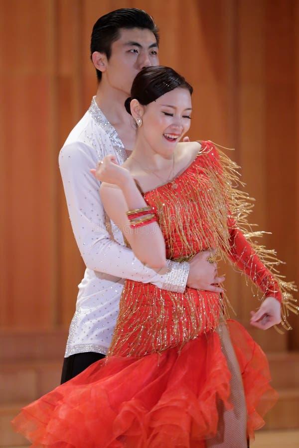 Studenten, die lateinischen Tanz tanzen stockfotografie