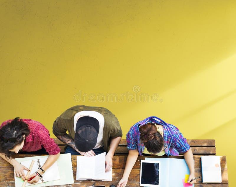 Studenten die Lerende Onderwijsgemeenschap bestuderen royalty-vrije stock fotografie
