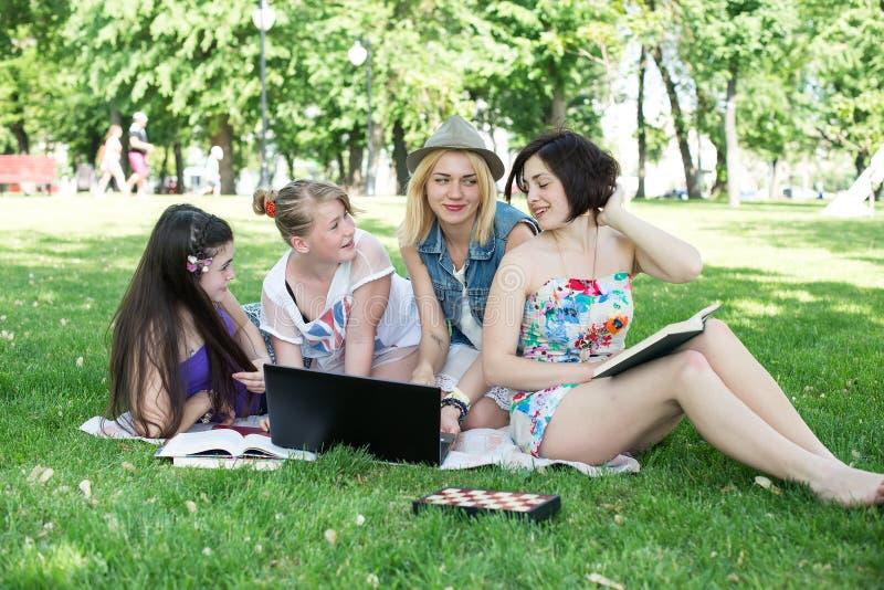 Studenten die les hebben openlucht royalty-vrije stock fotografie