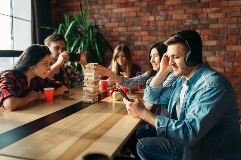 Studenten die lijstspel spelen bij de lijst in koffie stock foto's
