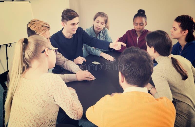 Studenten, die Mafiaspiel spielen lizenzfreie stockbilder