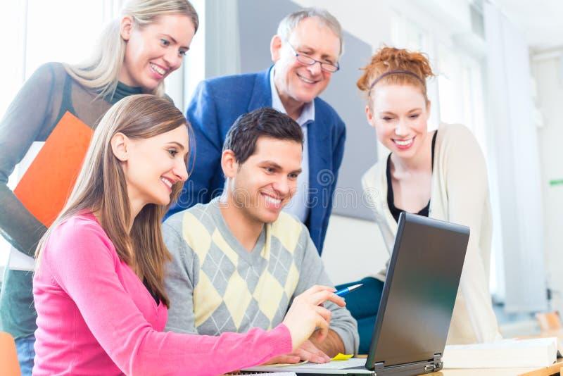 Studenten die met professor lerning stock foto's