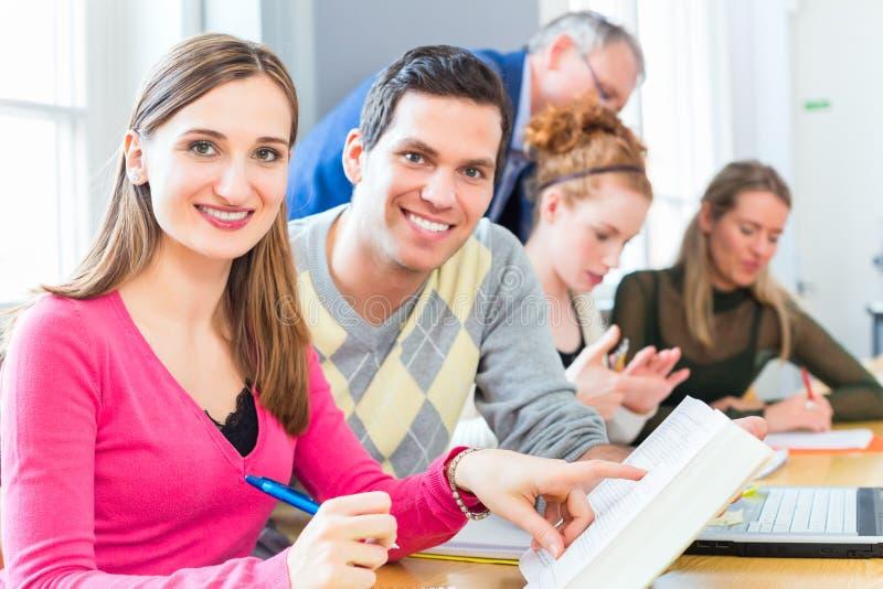 Studenten, die mit Professor lernen lizenzfreie stockfotografie