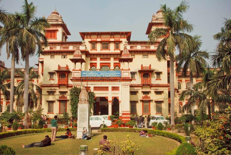 Studenten, die nahe dem Gebäude hindischer Universität Bannares mit Grünstreifen sich entspannen stockfoto