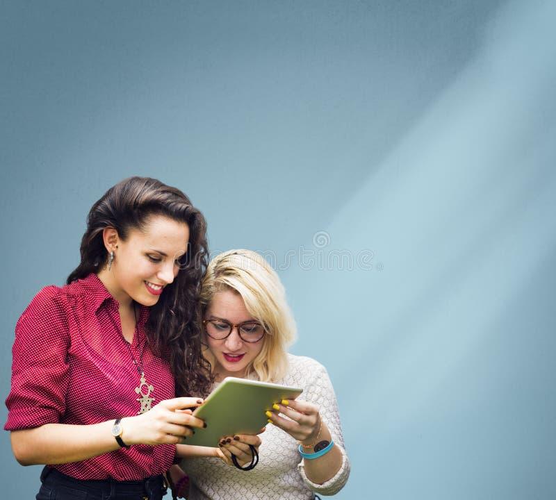 Studenten die Onderwijs Vrolijk Sociaal Media Meisjesconcept leren stock foto