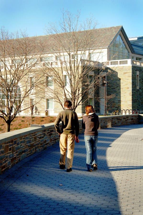 Studenten die op campus lopen royalty-vrije stock foto's