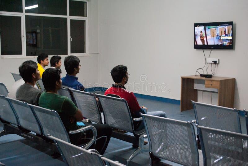 Studenten die op Televisie letten royalty-vrije stock foto
