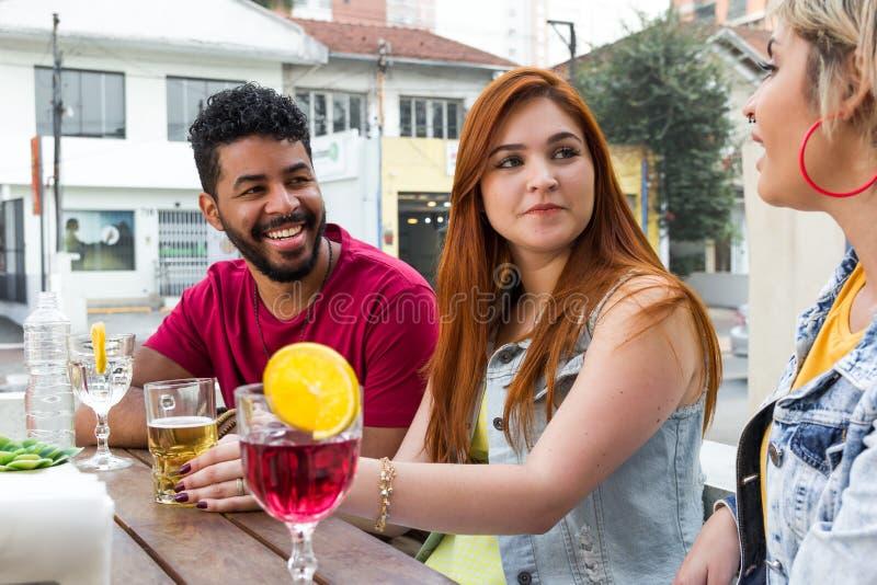 Studenten die samen bij koffiebar partying openlucht De lente, royalty-vrije stock fotografie
