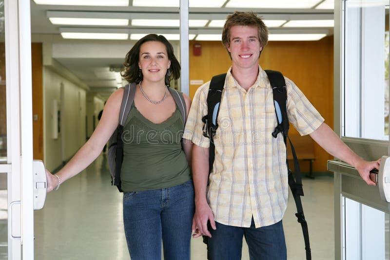 Studenten die School verlaten stock fotografie