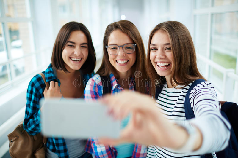 Studenten die selfie portret nemen stock afbeelding