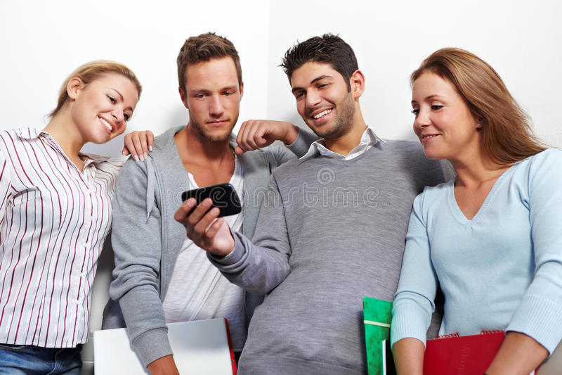 Studenten die smartphone controleren royalty-vrije stock foto's