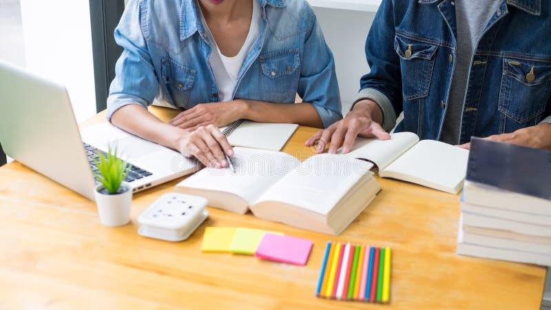 studenten die in studietienerjaren het jonge onderwijs bestuderen en brainstorming leren die hun onderwerp op boekenhandboeken be royalty-vrije stock afbeelding